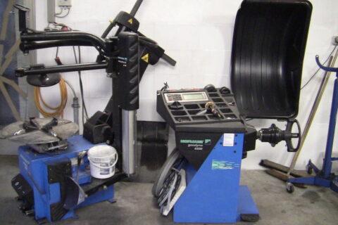 Reifenmontiermaschine und Reinfewuchtmaschine für Reifenservice in Hallbergmoos