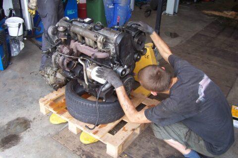 Motorausbau in der KFZ-Mietwerkstatt Selbstschraubereck